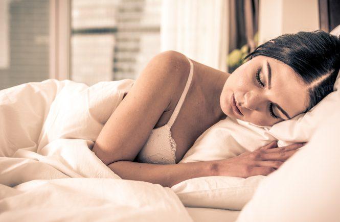 Kobieta śpi w staniku